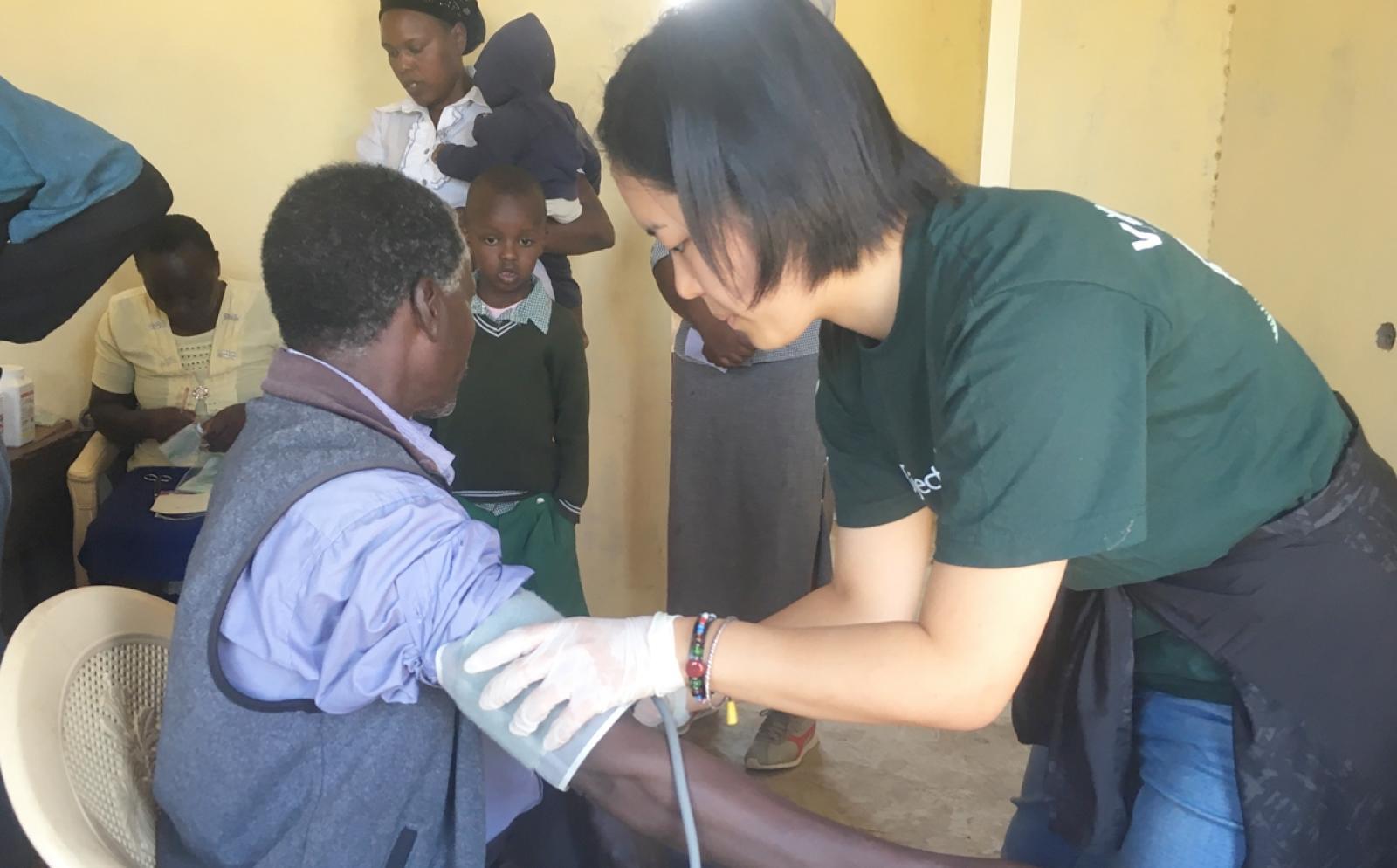 ケニアの地域に出向いて健康診断を行う日本人看護インターン